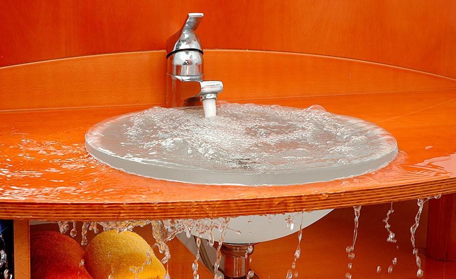 تجمع المياه على أرضيات الحمامات والمطابخ نتيجة انسداد المجاري